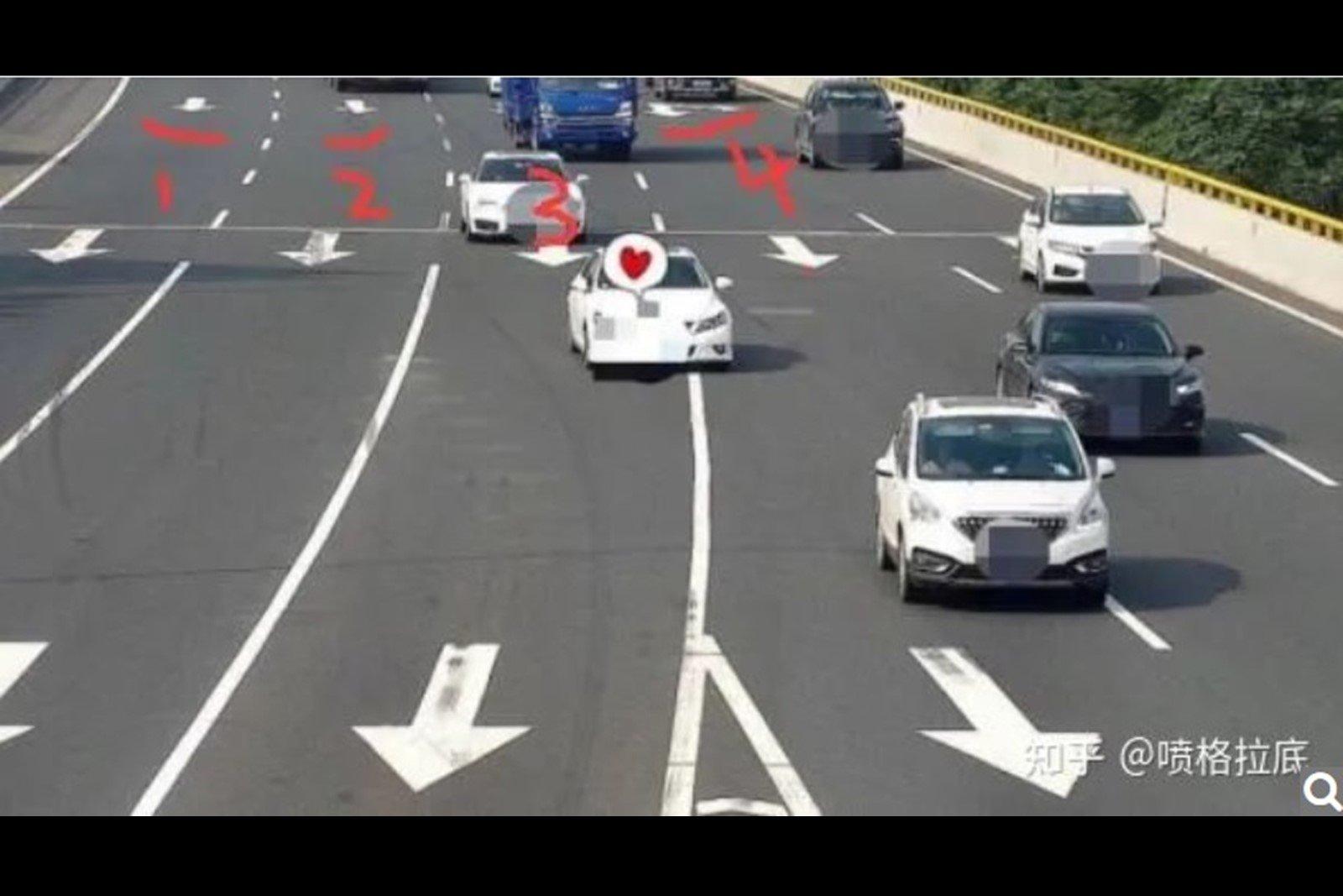近日,廣東佛山廣台高速公路有一處違章錄像頭被發現在一年間向車主們開出超過62萬張罰單,罰款金額高達1.2億元。有網民分析,在這條精心設計的路段中,除了最左邊一條生路,其他統統是死路。(網絡圖片)
