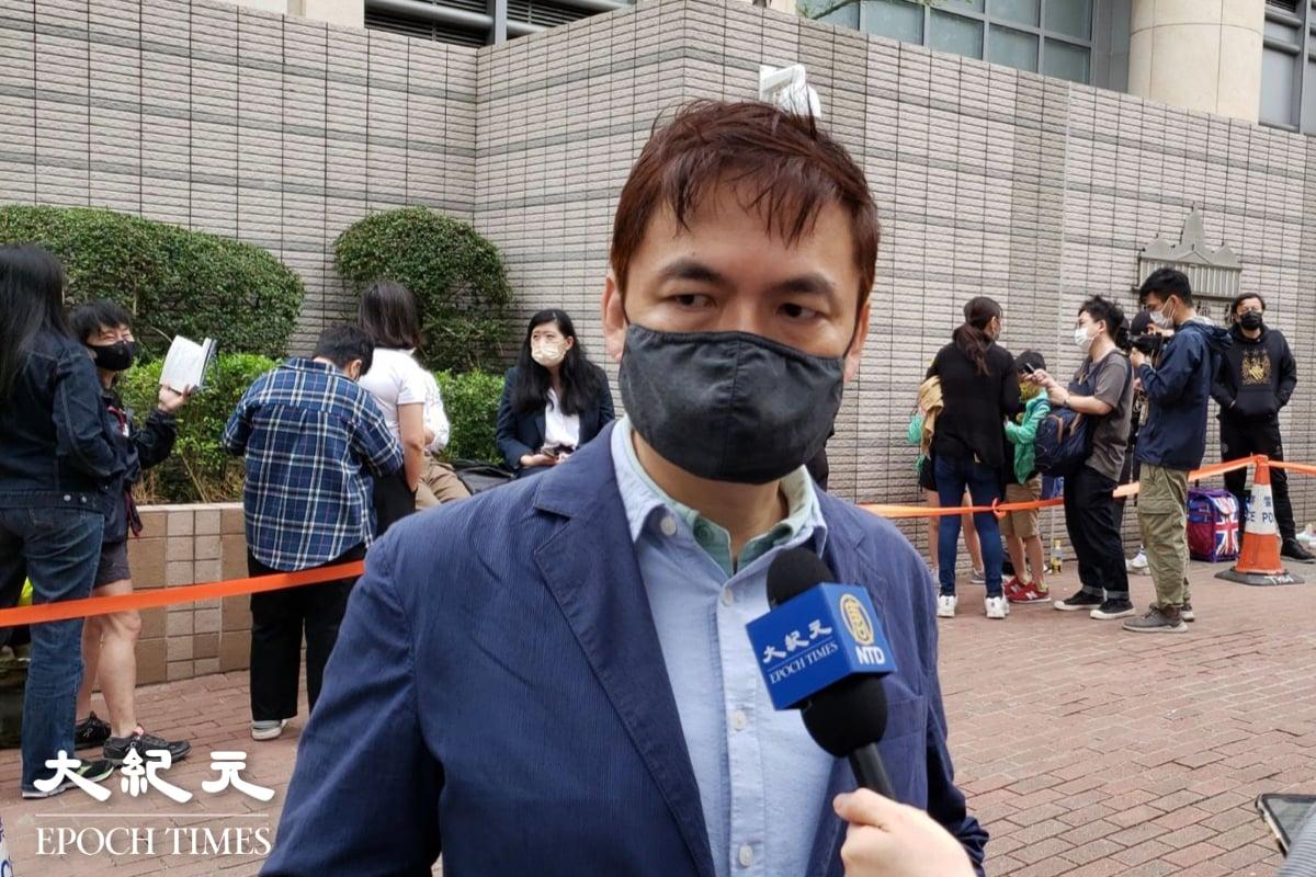 錢志健今(4月16日)到場聲援案中的7名被告。錢志健在採訪時向本報記者對大紀元印刷廠被破壞的行為予以譴責,指香港的核心價值正在被拆解,呼籲警察進行不偏不倚的調查。(Bill Cox/大紀元)