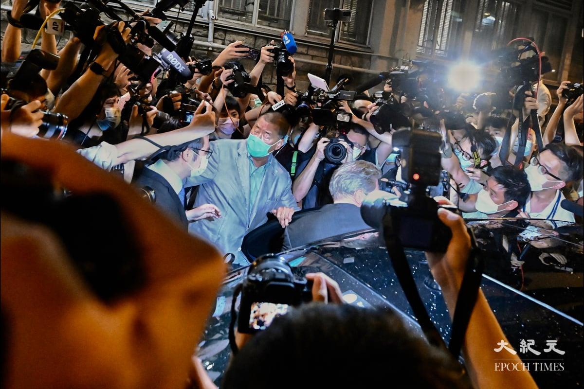 2020年8月11日黎智英被捕約40小時後終獲準保釋,12日凌晨步出警署,獲大批市民支持,高叫「撐蘋果,撐到底!」隨後,黎智英步上座駕離開。(宋碧龍/大紀元)