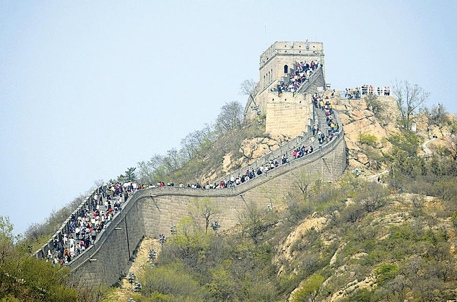 長城人滿為患,長期受損,搖搖欲墜。(AFP/Getty Images)