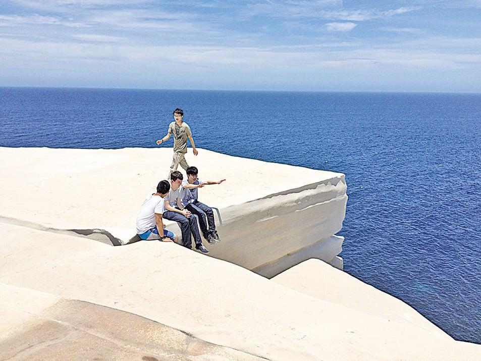 觀光客的瘋狂湧入使蛋糕岩遭受破壞。(Wikipedia)