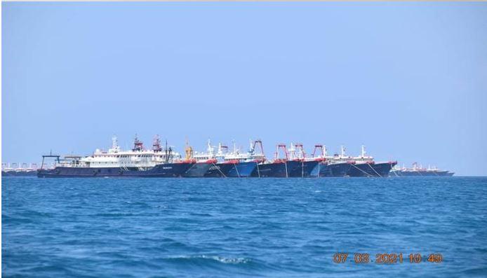 中共集結220艘漁船3月7日起滯留在牛軛礁有爭議海域長時間不走,引發菲律賓中共建島疑慮,也有美專家表示這項部署已至少一年。(pcoo global media)