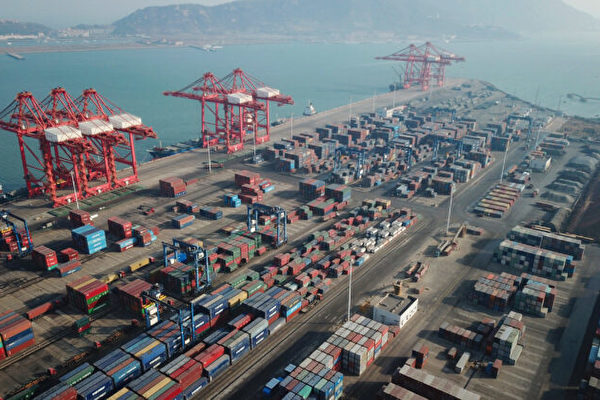 2021年1月14日,中國江蘇省連雲港市的一個港口堆放著航運集裝箱。(STR/AFP via Getty Images)