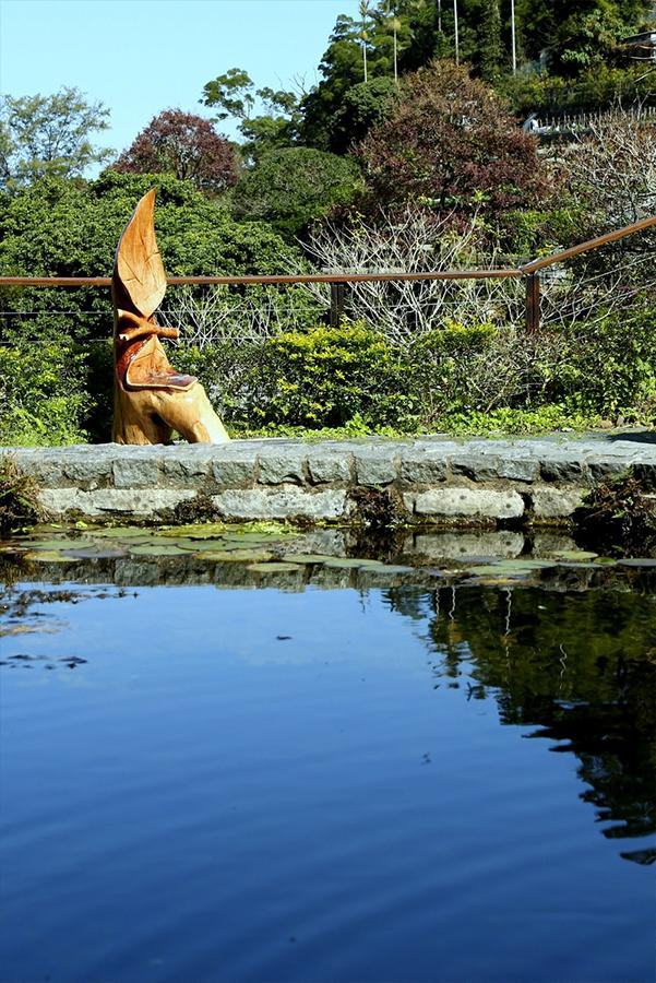 Joe的木雕作品「聆聽大自然」,鼓勵人們放慢腳步,在湖邊坐下,欣賞大自然帶給人的一刻寧靜。(嘉道理農場暨植物園網頁)