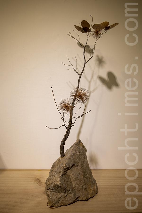 Joe計劃創作更多的花樹作品,寄語希望。(陳仲明/大紀元)