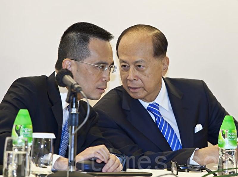 李嘉誠和長子李澤鉅出席業績會。(攝影:余鋼/大紀元)