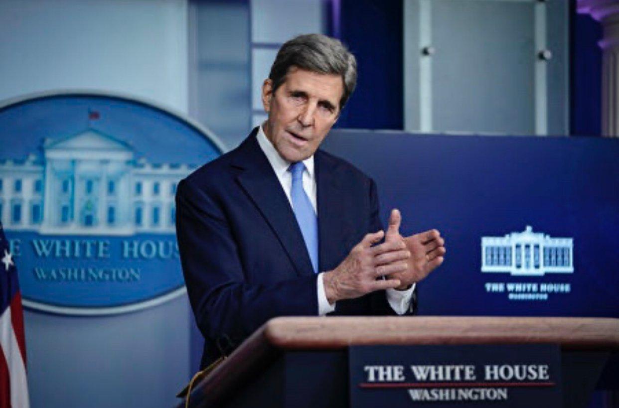 圖為美國總統喬·拜登(Joe Biden)的氣候特使、前國務卿約翰·克里(John Kerry)1月27日在白宮介紹氣候政策。(Drew Angerer/Getty Images)
