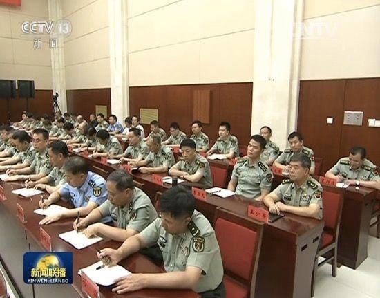 8月29日,中央警衛局局長王少軍陪同習近平視察戰略支援部隊機關。圖中第二排右一為王少軍中將。(視像擷圖)