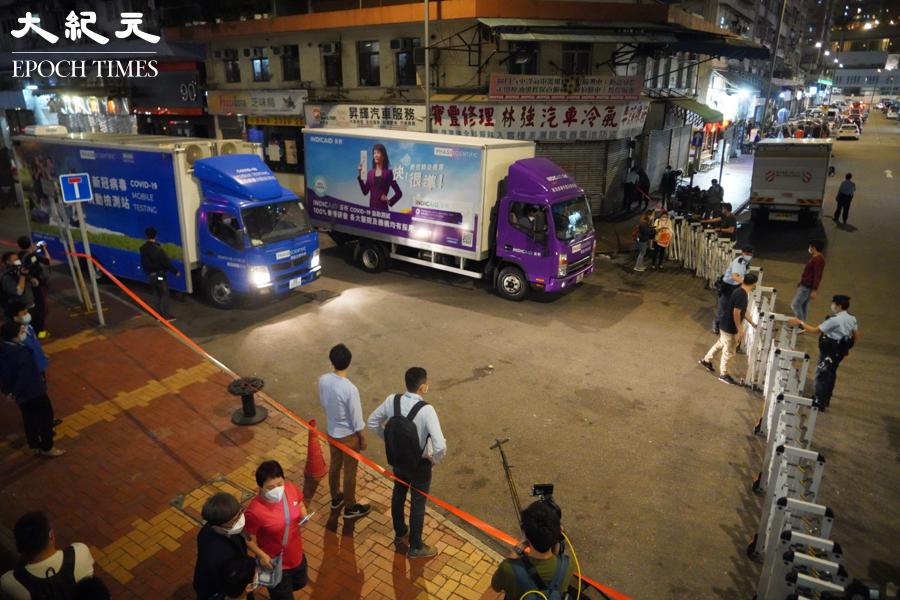 晚上8時半,警方封鎖荃灣芙蓉街。(余鋼/大紀元)