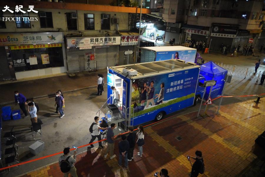 夜晚8時半,荃灣芙蓉街有兩架流動檢測車。(余鋼/大紀元)