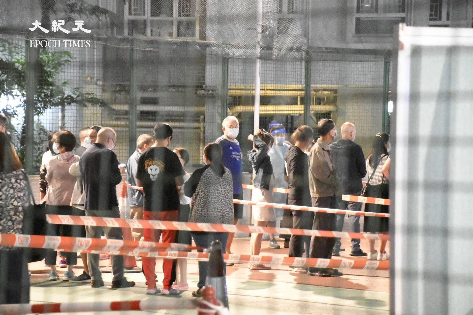 晚上8時45分,麗城花園第二期平台居民排隊等候檢測。(麥碧/大紀元)
