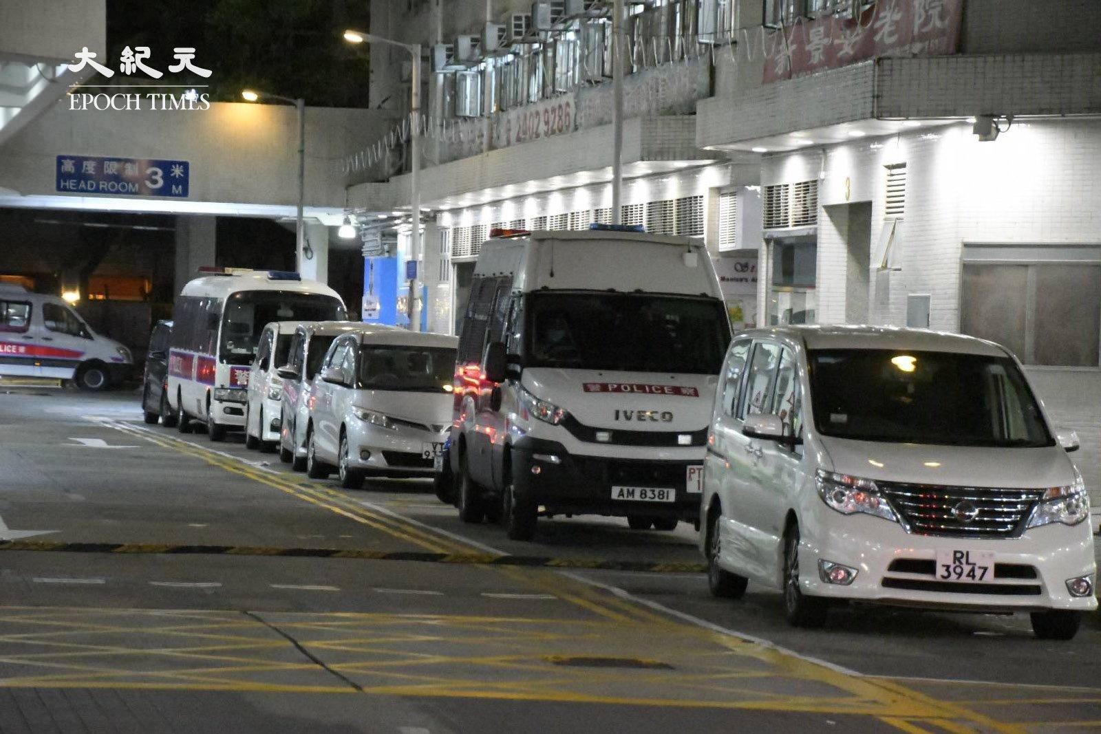 晚上9時許,麗城花園二期商場外,泊滿民政事務處及警方的車輛。(麥碧/大紀元)