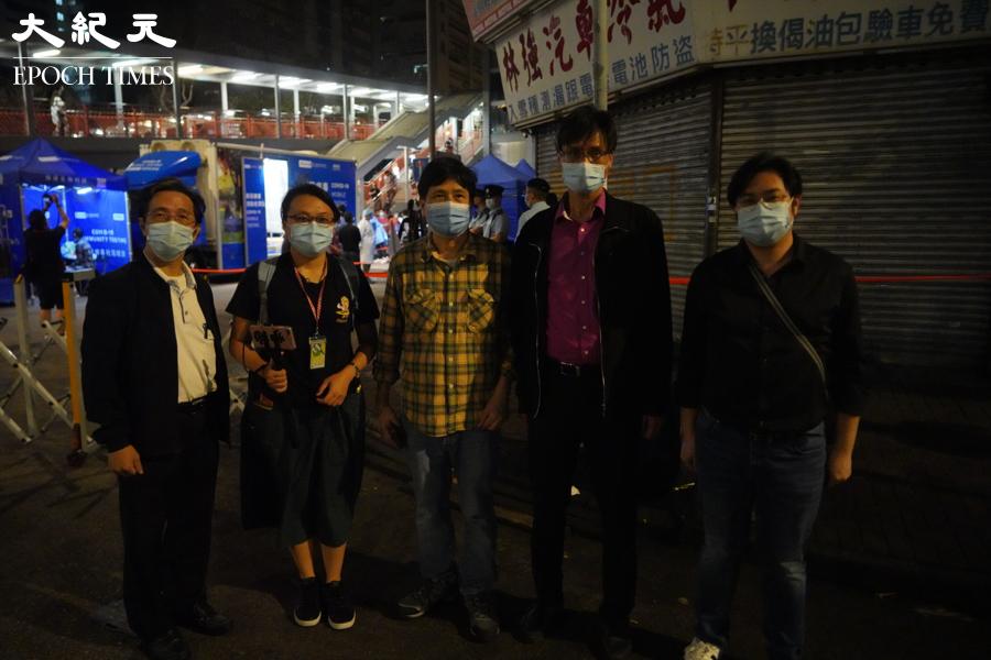 晚上10時許,荃灣區議員到訪芙蓉大廈受限區域。(余鋼/大紀元)