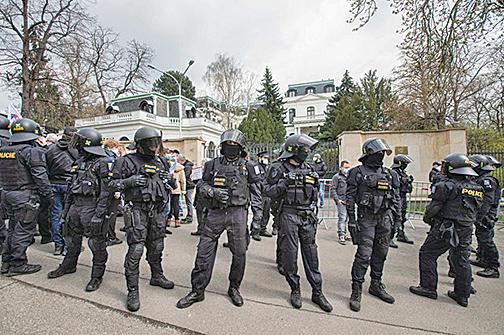 4月18日,在捷克布拉格,人們聚集在俄羅斯大使館外抗議。警方在場戒備。(Getty Images)