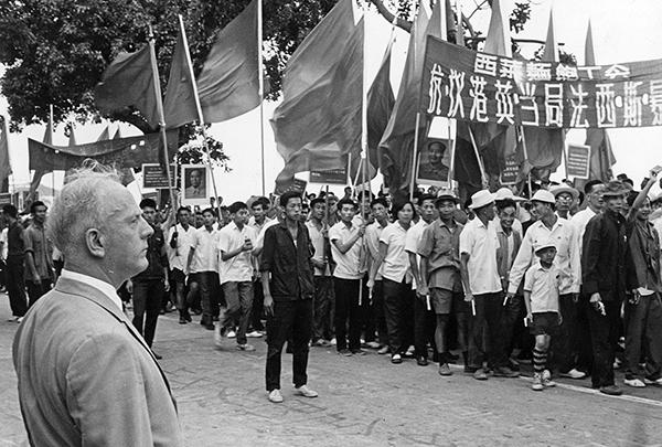 1967年5月21日,英國駐澳門領事館門前,部分澳門居民受文革思潮影響,參加聲援「香港各界反英抗暴」活動,當時的英國駐澳門領事Norman Ions在旁觀看。(Keystone/Getty Images)