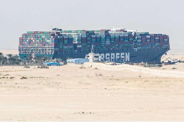 「長賜號」在蘇彝士運河擱淺的情形。(Getty Images)