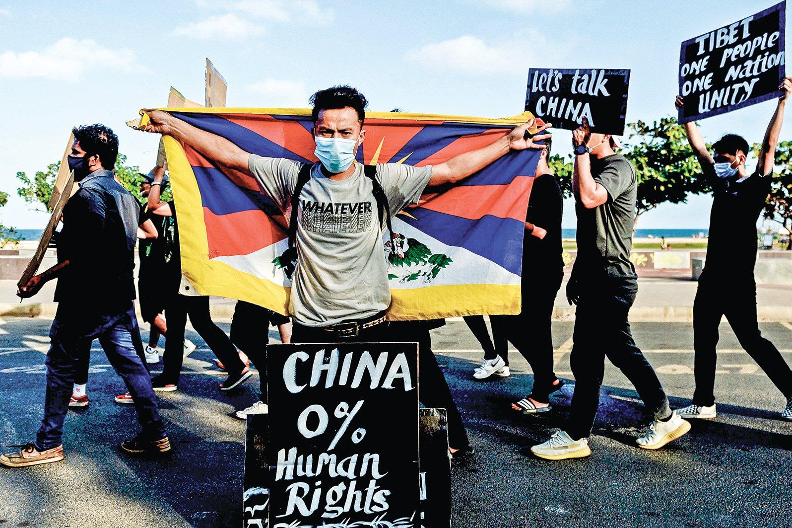 中共最恐懼的第三項,是台灣、香港、西藏和新疆的所謂「獨立」問題。圖為在印度的西藏人舉行遊行,抗議中共國沒有任何人權。(Getty Images)