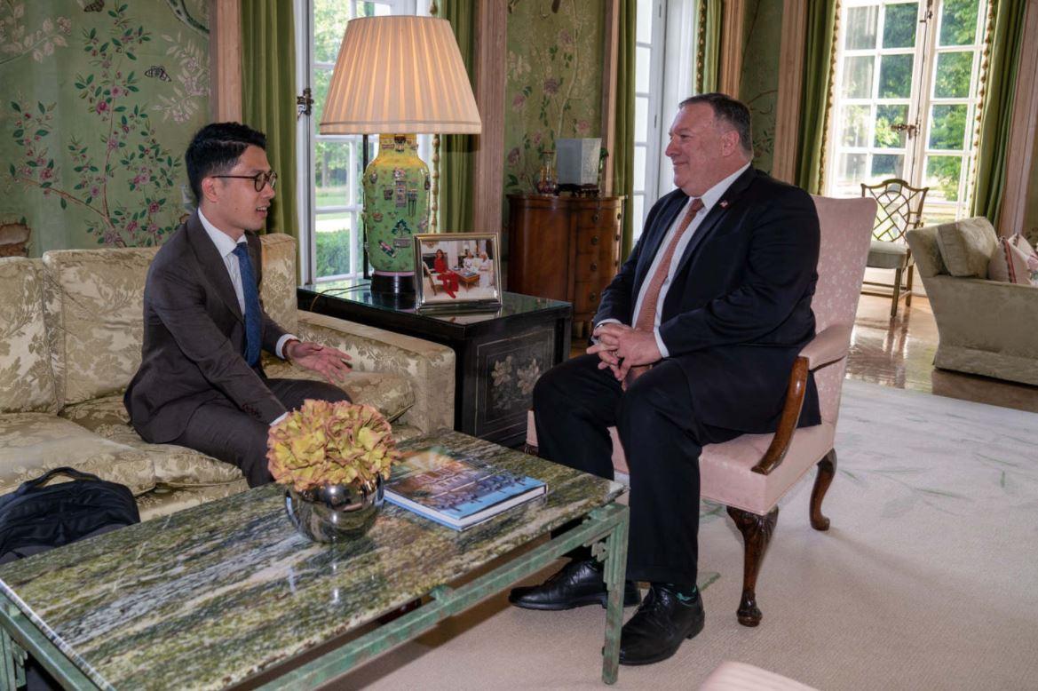 美國國務卿蓬佩奧2020年7月會晤香港前議員羅冠聰,兩人一對一進行了20分鐘對話,討論了涉及香港問題以及應對中共威權擴張等話題。(圖:翻攝自羅冠聰臉書)