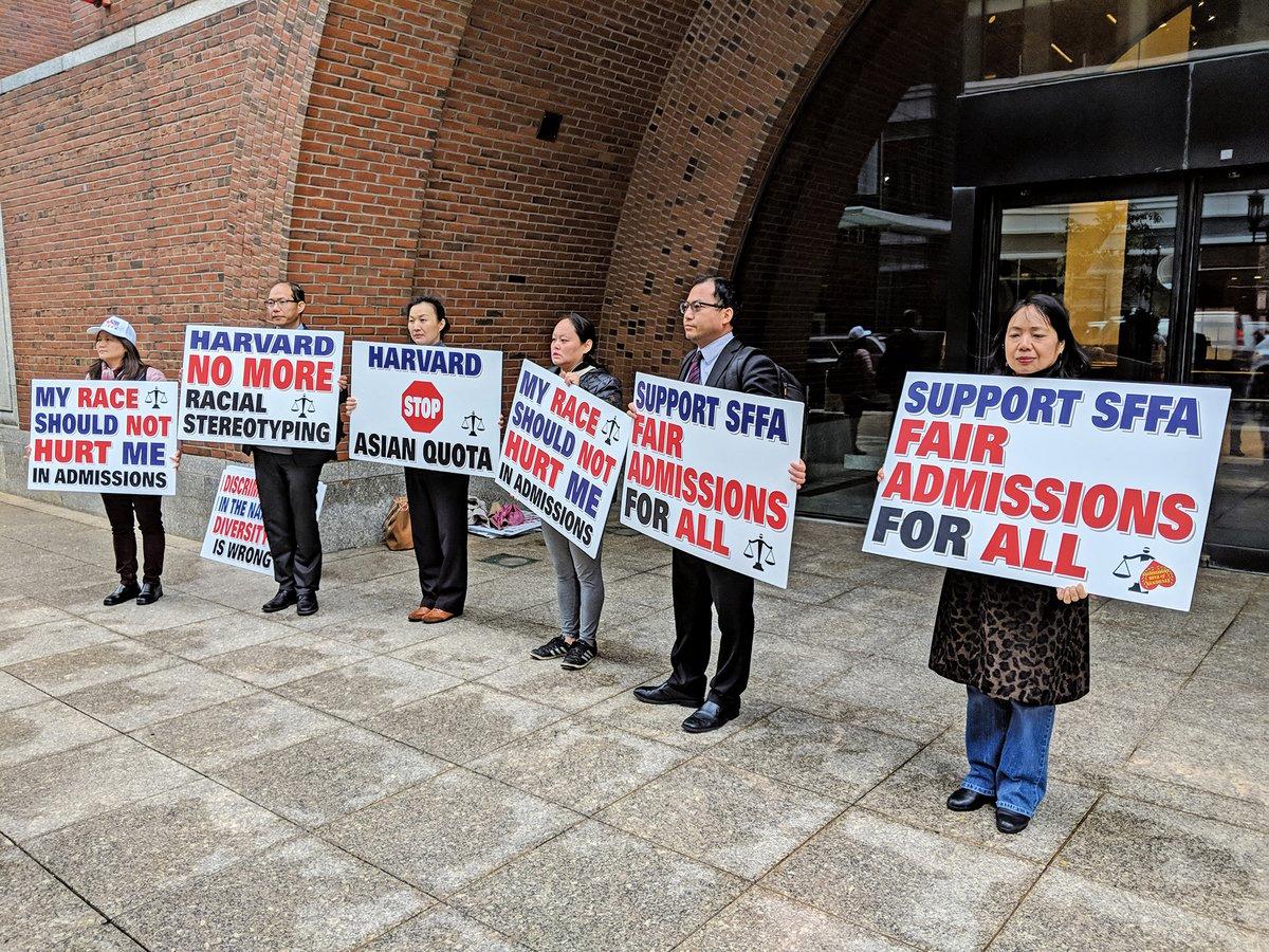2018年10月15日上午,「錄取公平學生組織(SFFA)」控告哈佛大學歧視亞裔一案在麻薩諸塞州波士頓地區聯邦法庭開庭。圖為SFFA的支持者一早冒雨前往法院門口表達訴求。(劉景燁/大紀元)