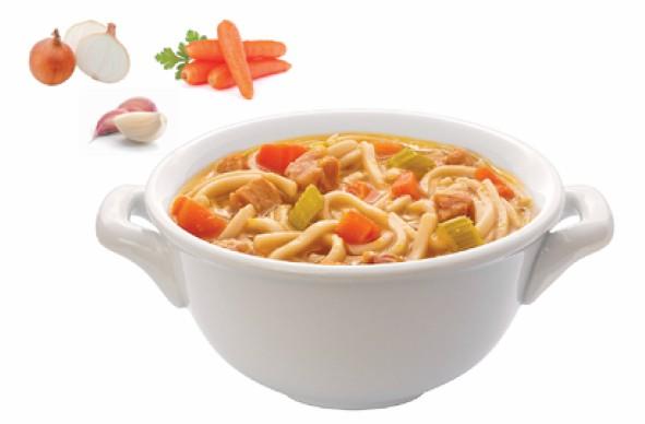 利用吃剩的雞肉和超市買的拉麵就能做出家常的雞肉湯麵。
