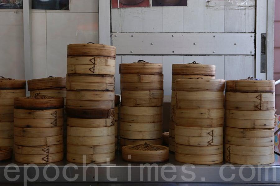 大帽山川龍的舊式茶居,茶客可自助取點心。(陳仲明/大紀元)