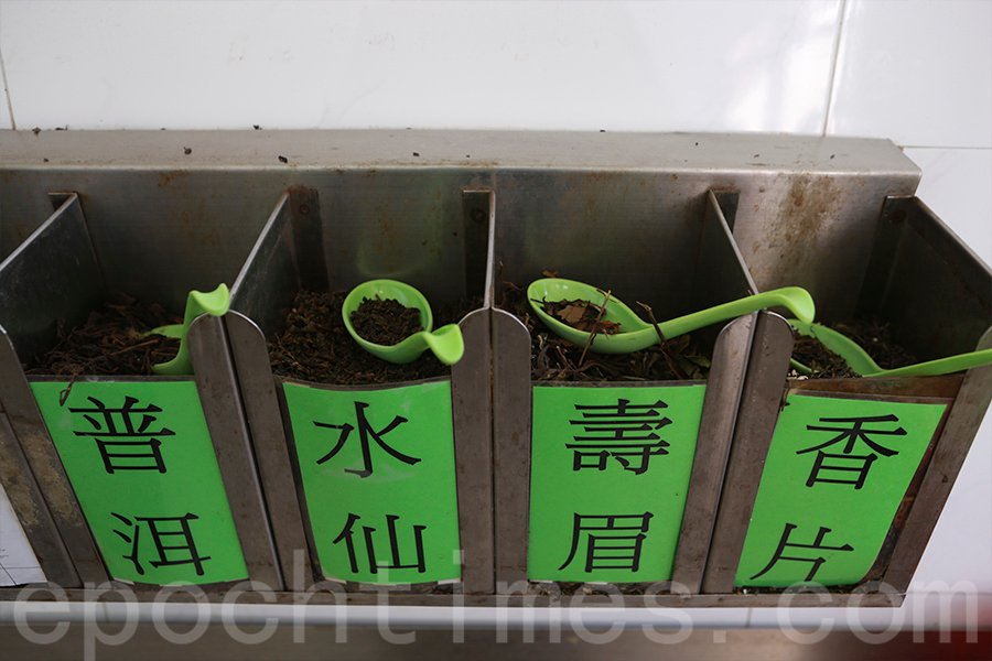 大帽山川龍的舊式茶居,茶客沖茶是自助形式,有多種不同的選擇。(陳仲明/大紀元)