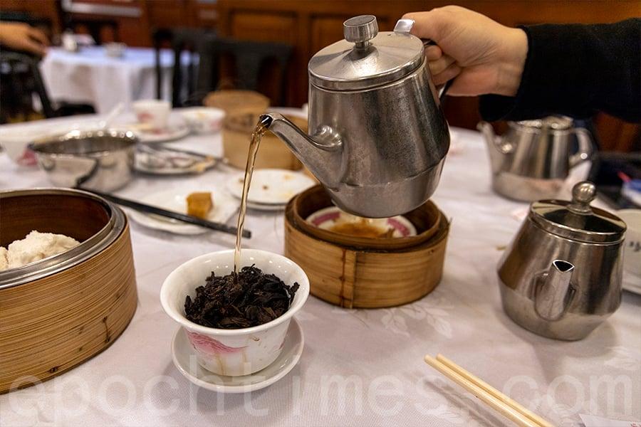 「水滾茶靚」是飲茶的一大特色。(陳仲明/大紀元)