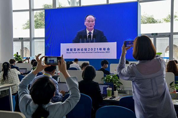 4月20日,博鰲亞洲論壇開幕式上,中共國家副主席王岐山現身。他稱自己只是替中共國家主席習近平致辭「報幕」。(STR/AFP via Getty Images)