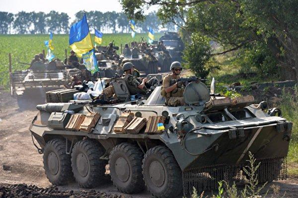 俄烏邊境緊張局勢升級,俄羅斯調動數萬軍隊至邊界地區。圖為烏克蘭軍隊。(GENYA SAVILOV/AFP)