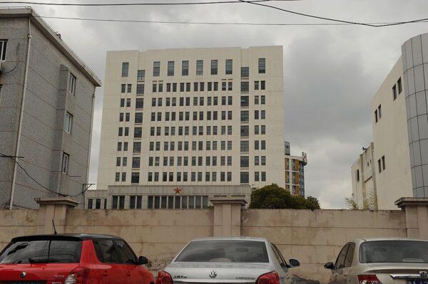 2013年2月19日,互聯網安全公司麥迪安(Mandiant)在一份報告中稱,一棟12層樓高的建築是一個中國軍方主導的黑客組織的所在地,據報道,該公司將一系列網絡攻擊追蹤到上海北郊高橋的這棟建築。麥迪安說,它的數百項調查顯示,入侵美國報紙、政府機構和公司的團體「主要以中國為基地,而且中共政府知道它們。」(PETER PARKS/AFP via Getty Images)