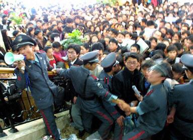 中國大陸就業難,2021年高校畢業生超過900萬,被稱為最難就業季。圖為:大陸就業市場一景。(法新社)
