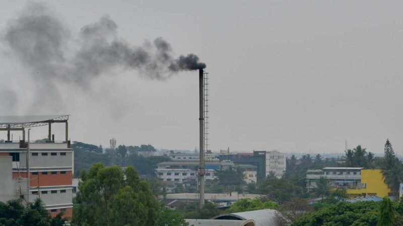 2021年4月21日,印度班加羅爾市一座火葬場的煙囪正在冒煙。(MANJUNATH KIRAN/AFP via Getty Images)