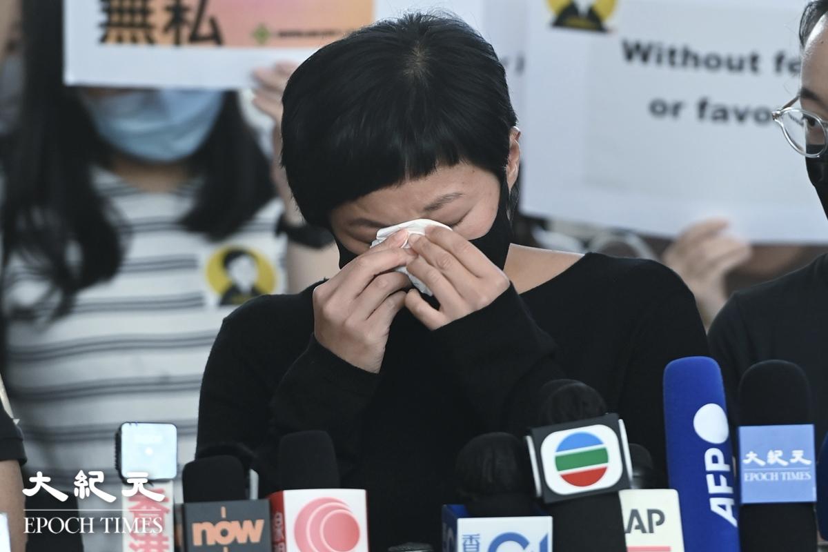 蔡玉玲表示,感謝朋友與行家支持,幾次伸手抹去眼淚,眾人拍手掌鼓勵她。(宋碧龍/大紀元)