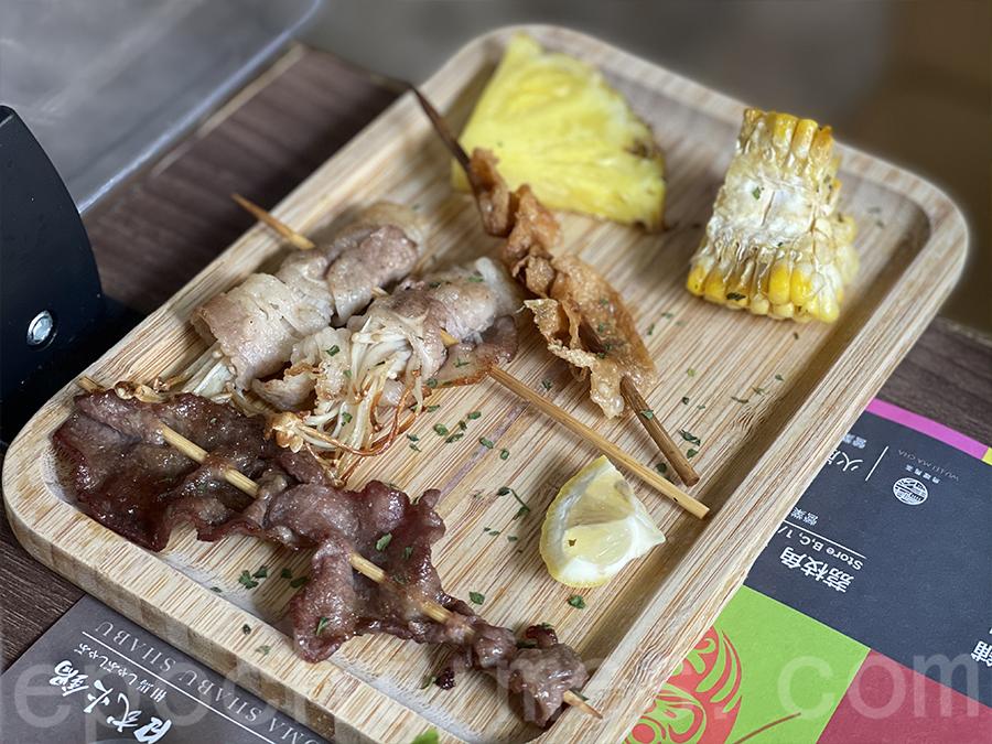 我們點了牛舌、金菇肥牛串、雞皮、粟米、菠蘿,鹹香十足。(Siu Shan提供)