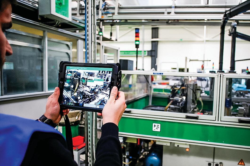 圖為2019年2月21日,法國電氣設備巨頭施耐德的4.0生產廠正在用平板電腦解決技術問題。中國的大多數工業軟件嚴重依賴國外。(Charly Triballeau / AFP via Getty Images)