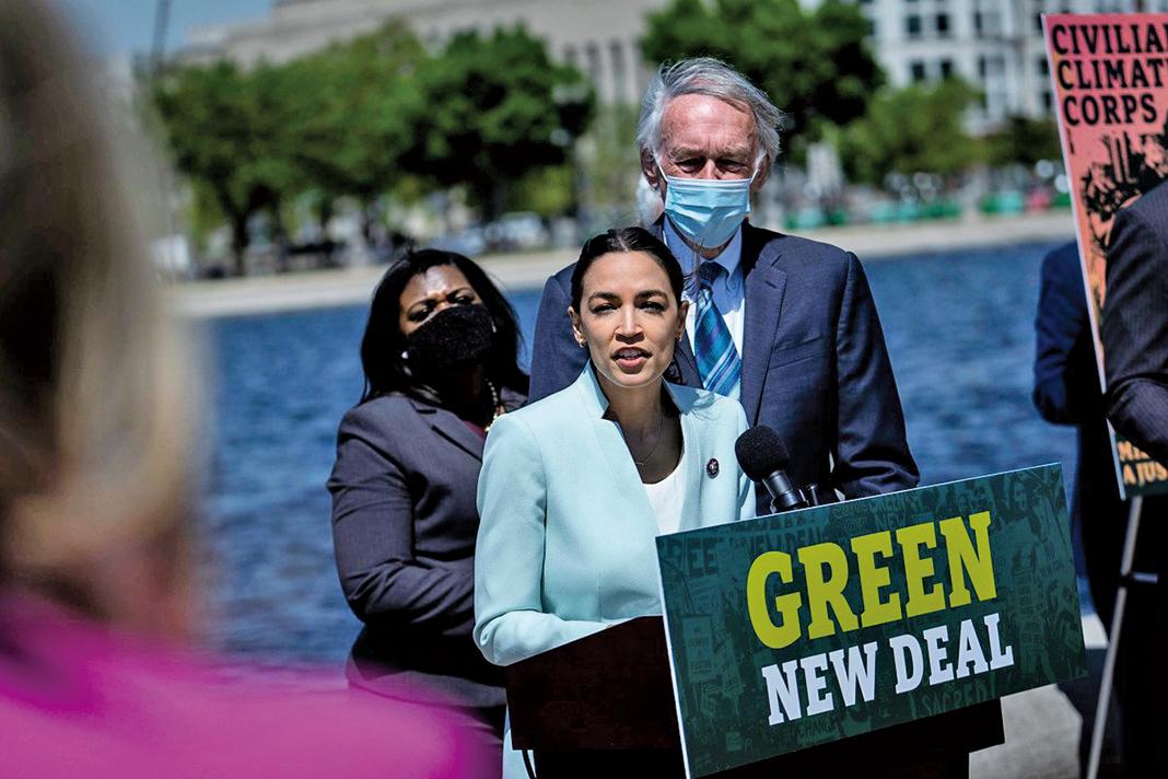 4月20日,美國紐約州民主黨眾議員科爾特斯(Alexander Ocasio-Cortez)在華盛頓的重新引入綠色新政的記者會上發言。(Getty Images)