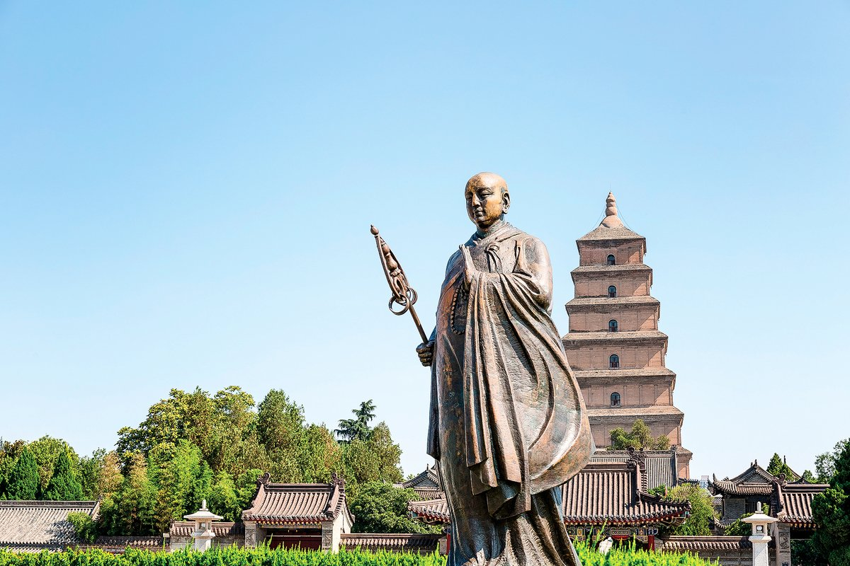 西安大雁塔和位於塔前的玄奘雕像。(Shutterstock)