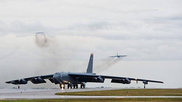 針對持續升溫的台海危機,日本澳洲分別展開備戰準備;4架美軍核王牌B-52H戰略轟炸機已重返美國西太平洋戰略重地關島。圖為B-52轟炸機在跑道上準備起飛。(美國空軍)