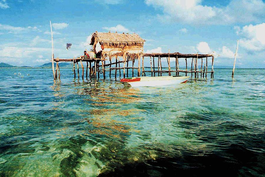 衞生署衞生防護中心今日(4日)表示,馬來西亞當局通報當地出現首宗本地寨卡病毒感染個案,該名61歲患者昨晚因其它疾病逝世。圖為沙巴周圍海域常見的海上小草屋。(AFP/Getty Images)