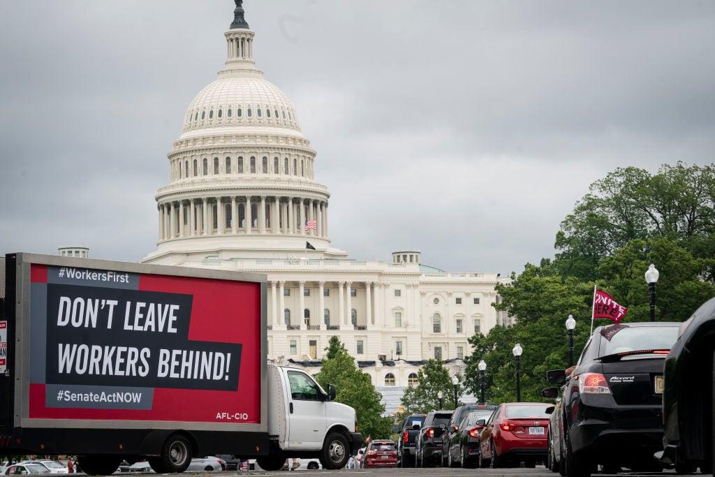 美國當地時間4月22日公佈一周截止17/4的首領失業救濟金人數為54.7萬,按周減少了3.9萬人。(Drew Angerer/Getty Images)