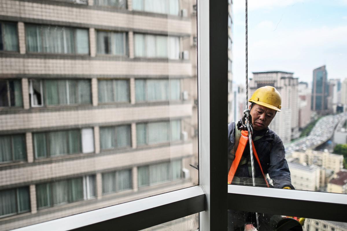 大陸人口下降,樓市供大於求。(Hector RETAMAL / AFP)