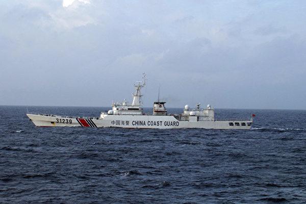 美軍2021年2月在釣魚島附近海空域組織了物資空投訓練。圖為中共海警船在兩國有爭議的釣魚島海域施壓。(JAPAN COAST GUARD/AFP)