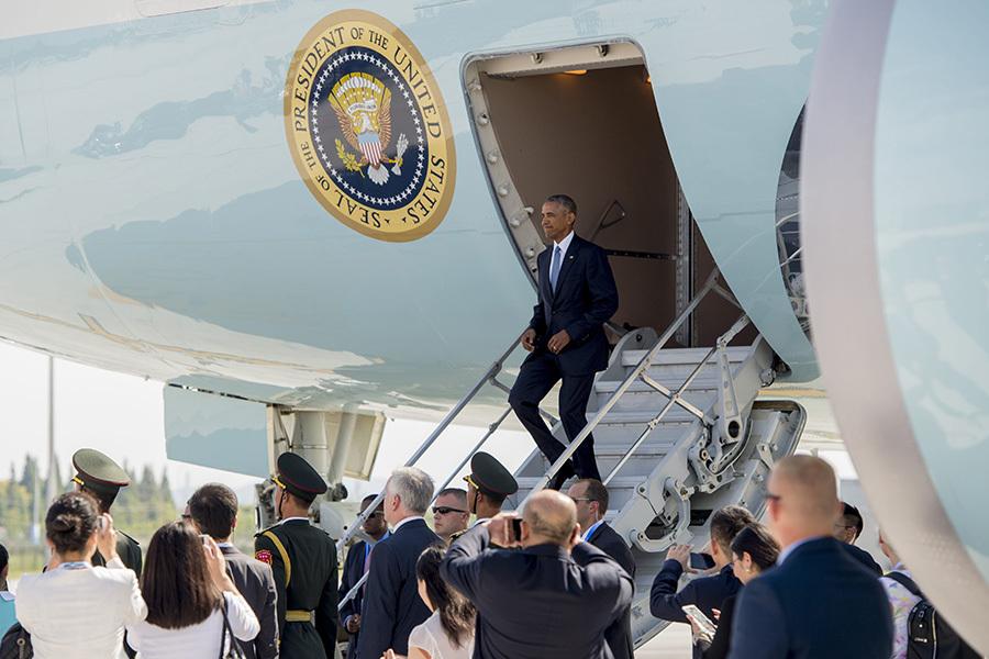 當美國總統奧巴馬的飛機降臨到停機坪上時,一位中國官員與美國國家安全顧問蘇珊・賴斯和白宮助理在停機坪發生爭執,白宮特勤局不得不出面干涉。(SAUL LOEB/AFP/Getty Images)
