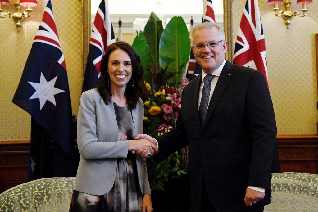 據澳媒報道,澳洲總理莫里森(Scott Morrison)將在兩周內訪問紐西蘭並會見總理阿德恩(Jacinda Ardern),五眼聯盟的未來或將成為討論的一個重點。圖攝於去年2月,兩國總理在悉尼會面。(BIANCA DE MARCHI/POOL/AFP via Getty Images)