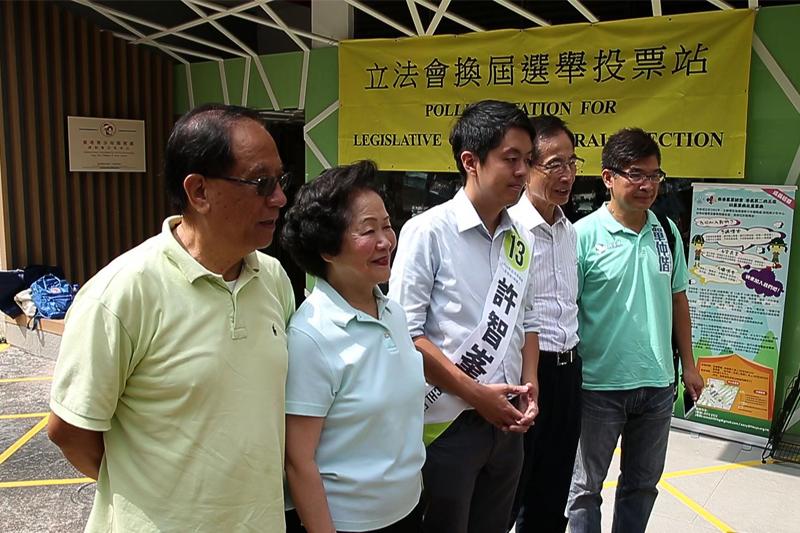 前政務司司長陳方安生親身投票,並力撐民主黨候選人許智峰。(李逸/大紀元)