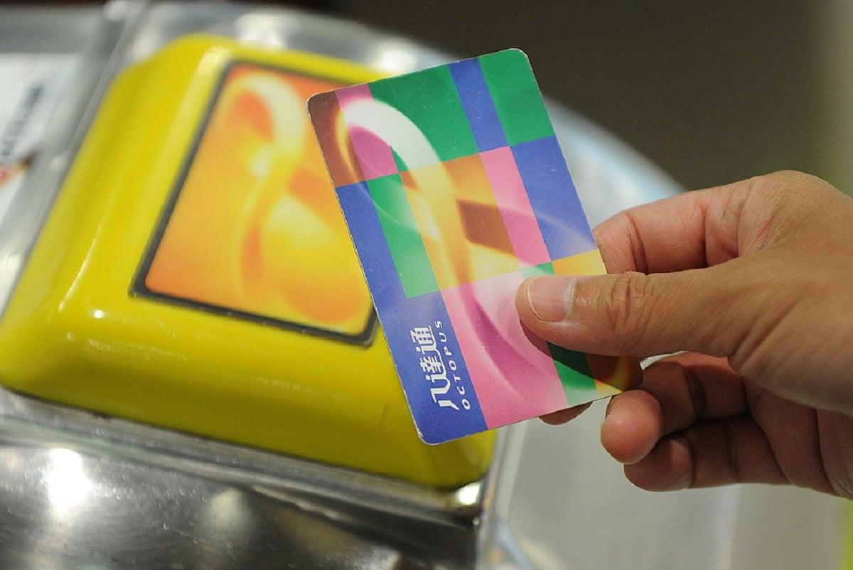 香港八達通公司近日宣佈,明年初將推出內置「雙晶片」的新款中港通用八達通卡(Octopus),使用者可以在「一卡通」聯網的270個城市使用。(MIKE CLARKE/AFP via Getty Images)
