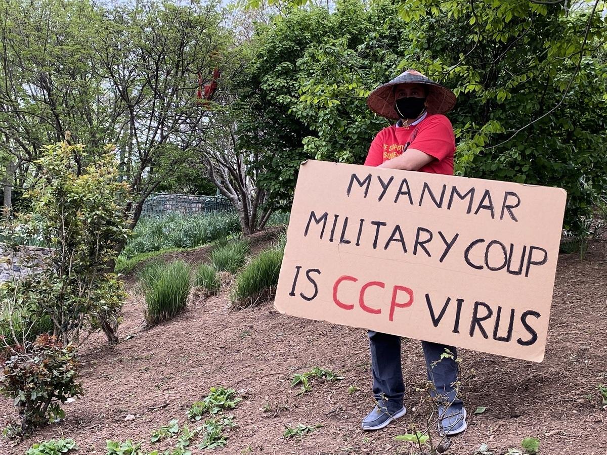 4月24日,在華盛頓DC中共大使館前抗議的緬甸人手持「緬甸政變是中共病毒」的標語。(吳芮芮/大紀元)