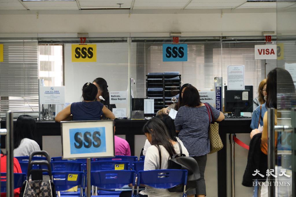 勞工及福利局局長羅致光發文指,受疫情影響外傭供應減少,他又提到政府已實施3項政策,應對禁止菲律賓航班來港。(大紀元資料圖片)