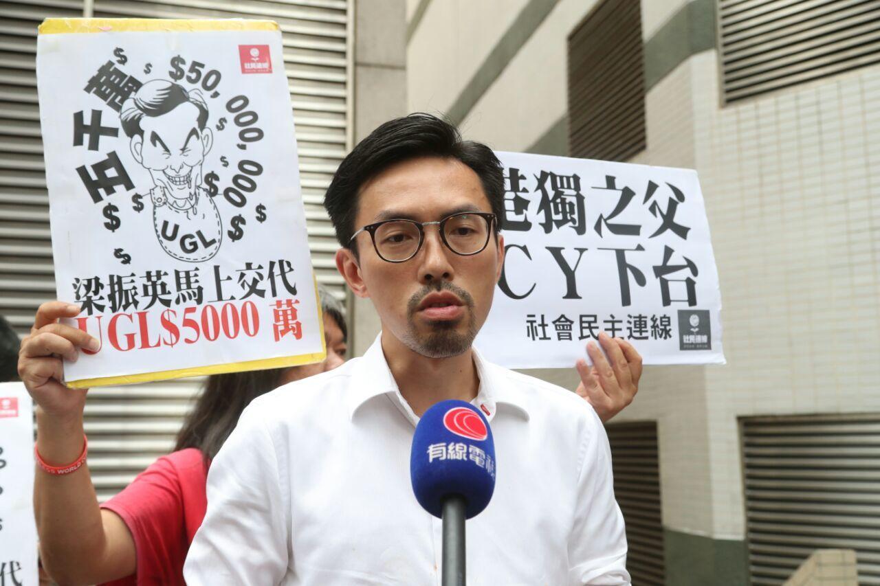 吳文遠及一批社民連成員在票站外向梁振英抗議。(余鋼/大紀元)
