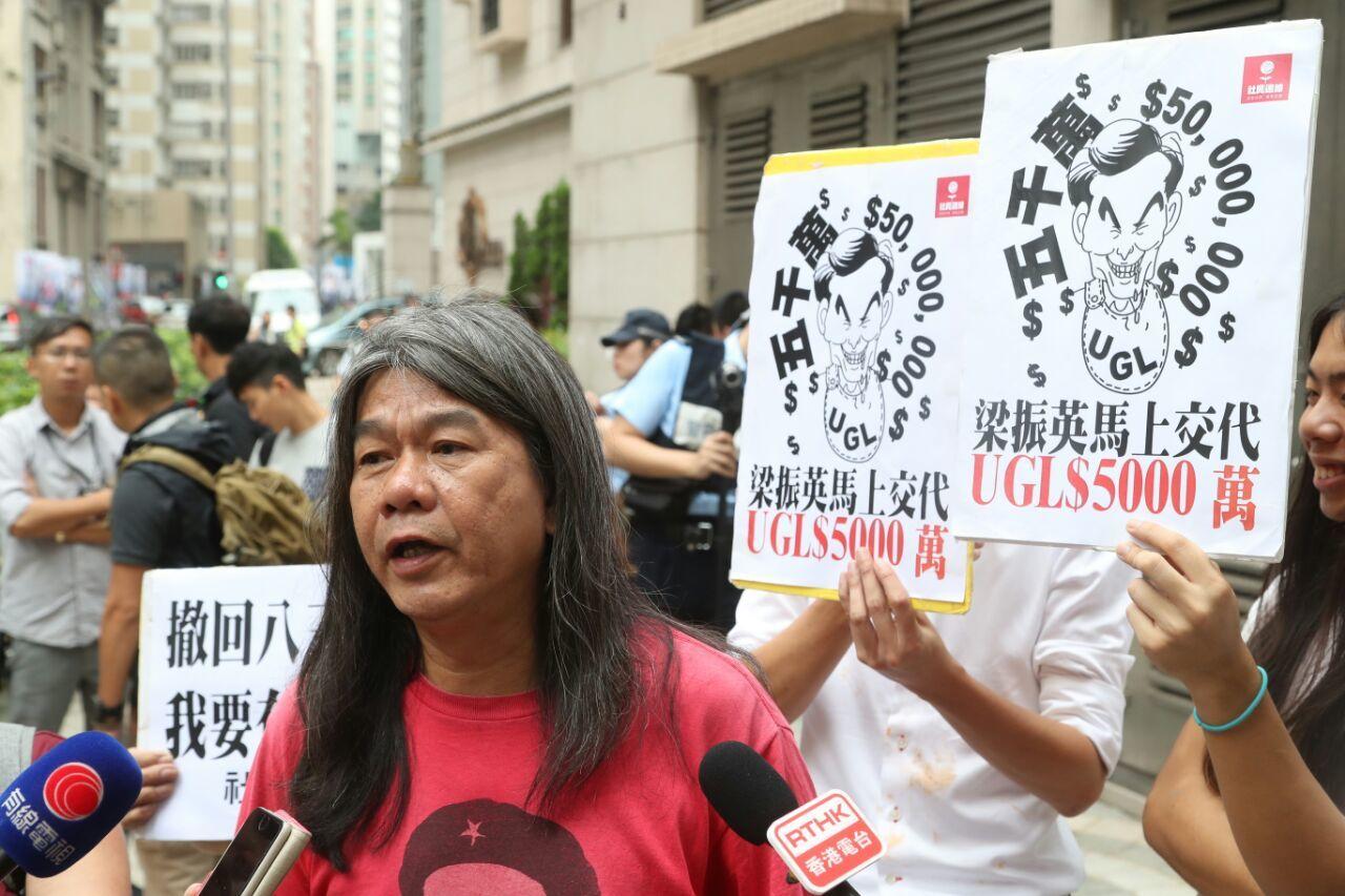 梁國雄及一批社民連成員在票站外向梁振英抗議。(余鋼/大紀元)